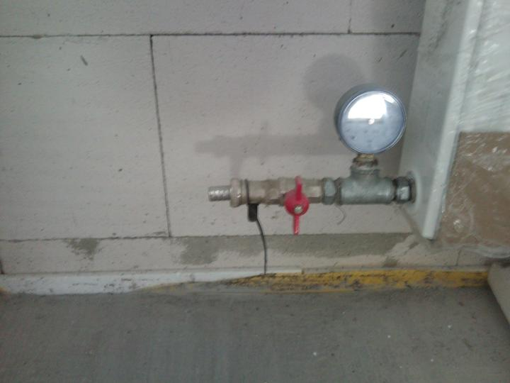 Vnútorné práce - rozvody vody a kúrenie, podlaha - tlaková skúška na kúrenie