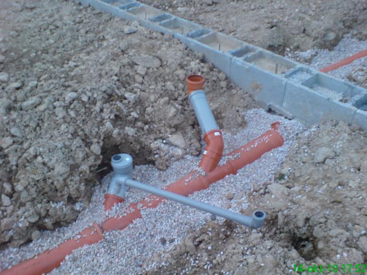 Náš vysnívaný bytík - základy a hlavné múry - pripravená kanalizácia