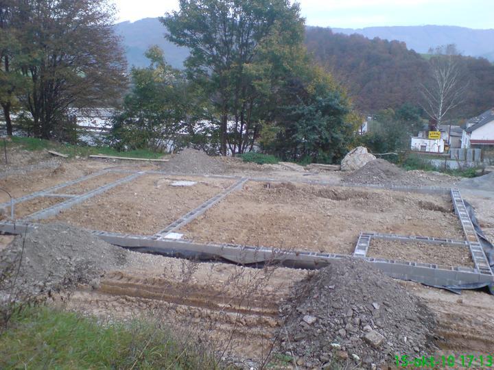 Náš vysnívaný bytík - základy a hlavné múry - rozhrnutá hlina a kopy piesku pripravené pod kari siete