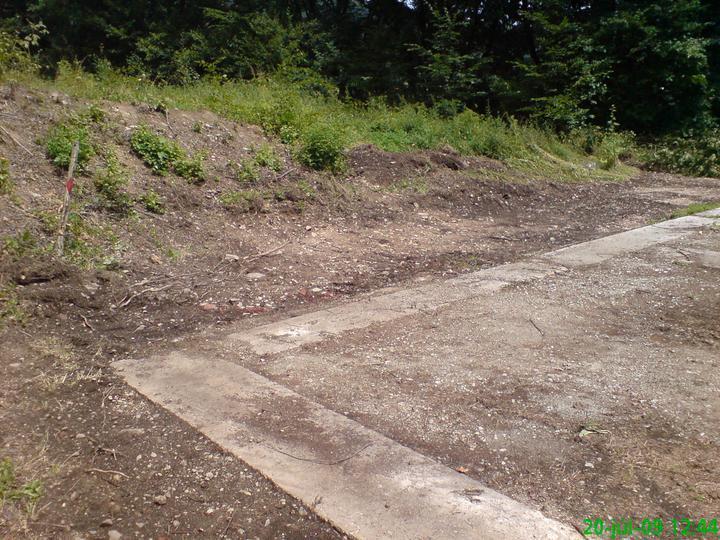 Náš vysnívaný bytík - základy a hlavné múry - pod tým pralesom sme mali staré betónové podvaly a asi 20cm základy