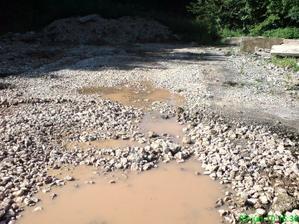 takto nám stála voda na celom pozemku po odstránení všetkého starého betónu a podvalov