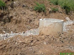 a takto už stojí aj osadená studňa skružami a okolo hotová drenáž