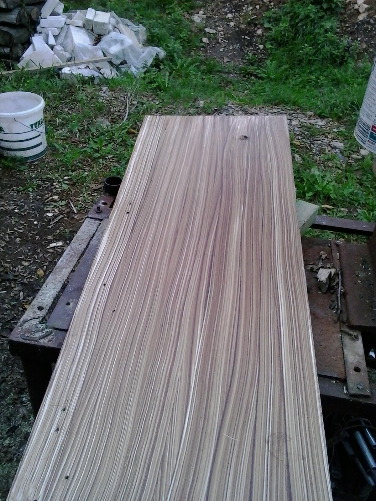 Špajzka a chodba - dvere zo starej bielej skrine natreté lazúrou na drevo použité ako celkom horná polica