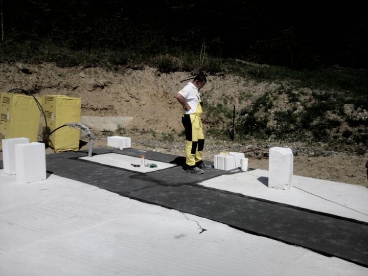 Náš vysnívaný bytík - základy a hlavné múry - ytong-majster zakladá rohy