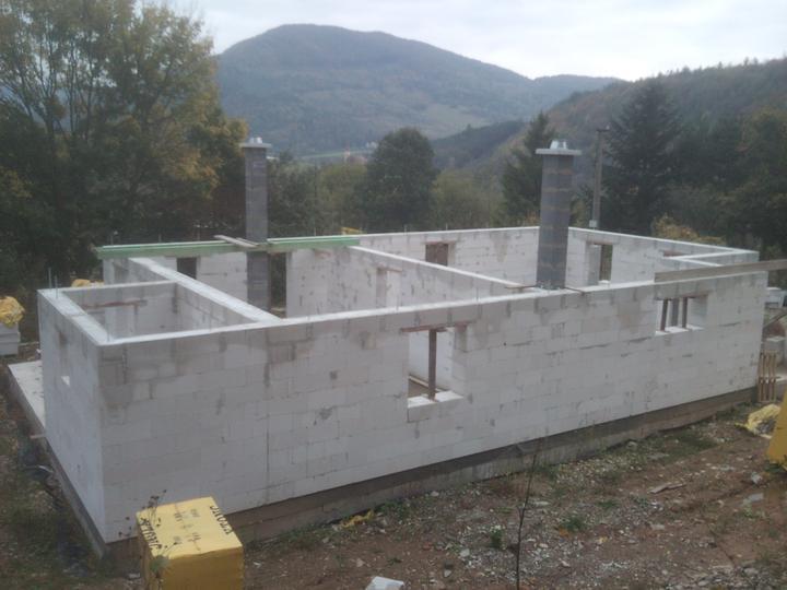 Náš vysnívaný bytík - základy a hlavné múry - a už len strechu