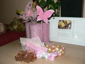 výzdoba stolu-ještě bude růžová organza  okvětní lístky růží