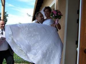 přenesení nevěsty přes práh restaurace