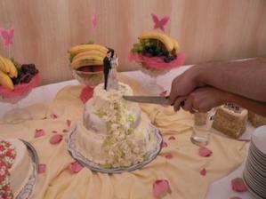krájení dortu-bylo takové teplo,že se nám roztopil marcipán na dortu