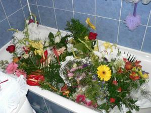 darované kytky.Neměla jsem je kam dát,tak jsem je dala do vany