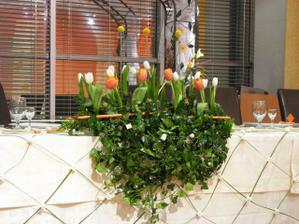 Krasna ikebana na hlavnom stole