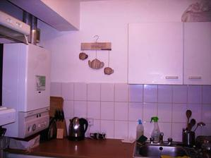 Zutulnena kuchynka,zatim jen dekorace na stene,ale ani ta tam nezustane,planuji tam mit policku s bylinkama,takze prijde nakonec na jinou stenu.
