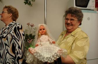Babička s panenkou-nevěstou.