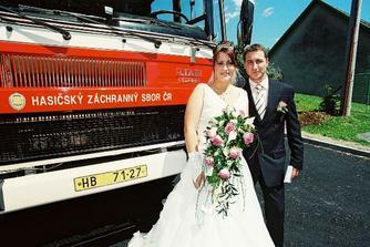 Foto před hasičským autem, oba jsme u hasičů!