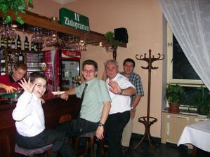 To si chlapi užívali na baru...
