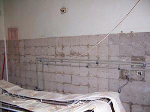 bývalá děsnááááá koupelna, bude tu vestavná šatna