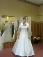 skúška 1.svadobných šiat - tieto by som ešte celkom zniesla na sebe