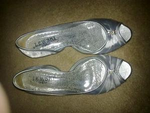 pozháňať topánky k popolnočným šatám ma stálo veľa námahy....ale podarilo sa