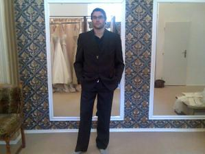 Zkouška ženichova obleku - ještě v salonu