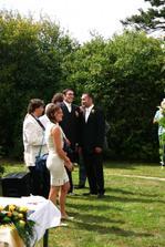 Tady už čekají svatebčané, včetně ženicha na začátek obřadu