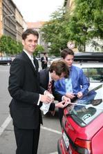 ženich se svědky krášlí auta