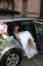 složitá akce nastupování do auta