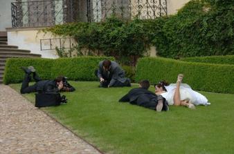 ovšem takto to viděli ostatní svatebčané a měli z nás děsnou srandu:-)