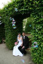 jedna kloudná fotka s bublinkami (bublifuk je výborný na zabavení svatebčanů, ale efektivita je mizivá:-)))