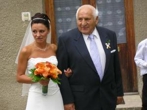 k oltáři mě vedl děda........jsem byla trošičku nervozní :-)