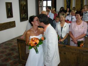 první manželské políbení......... :-)
