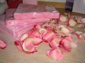 růžové ubrousky a okvětní lístky na svatební tabuli