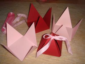 to budou krabičky na miničokoládky pro hosty