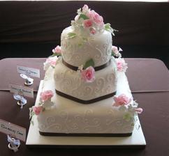 Tak nakonec bude náš dortík vypadat nějak takto jen barva růží bude meruňková :o))