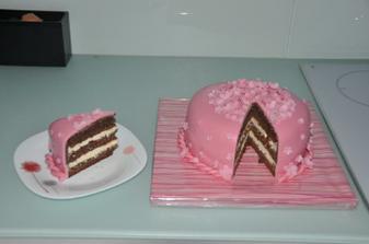 Řez dortem. Vypadá krásně a chutná ještě lépe.