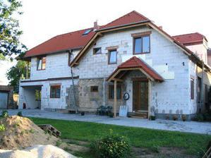 Stav na jaře 2007 - už hotová i zámkovka.