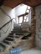 Hala - bourání původní stěny.