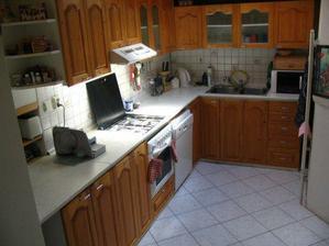 Kuchyně - původní stav se střešním oknem.