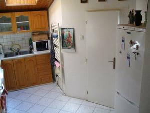 Kuchyně - původní stav - dveře do koupelny.