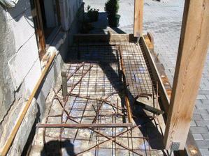 Betonování nových schodů.