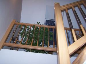 pohled ze schodu nahoru na podestu