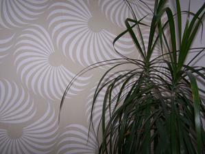 detail tapety za stenou