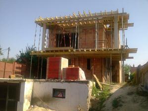 Zároveň sa začínajú budovať balkóny