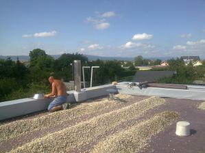 Mravci (tak volám robotníkov) pokračujú na streche