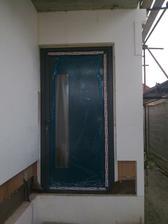 Vchodové dvere (zatiaľ prekryté fóliou)