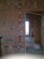 Elektroištalácia hotová, pripravené steny k omietaniu