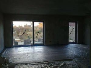 Podlahové kúrenie je už zaliate (pred mesiacom), idú sa robiť práce vo vnútri.