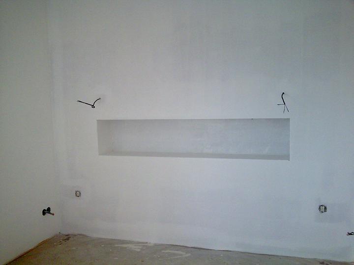 Príbeh našej stavby II - rok 2011 - Nika v spálni nad čelom budúcej postele