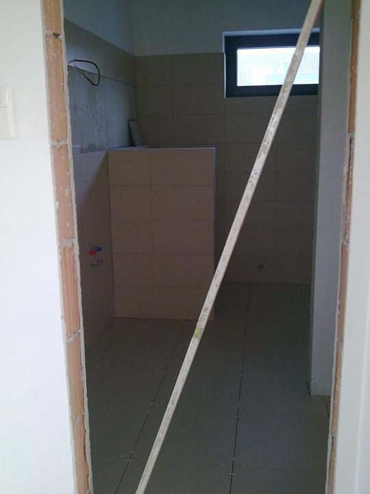 Príbeh našej stavby II - rok 2011 - Vstup do kúpelne, momentálne vstup zakázaný - čerstvo položená dlažba