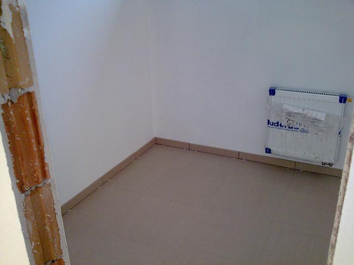 Príbeh našej stavby II - rok 2011 - Detailnejšie dlažba v šatníku, identická je v kúpelni