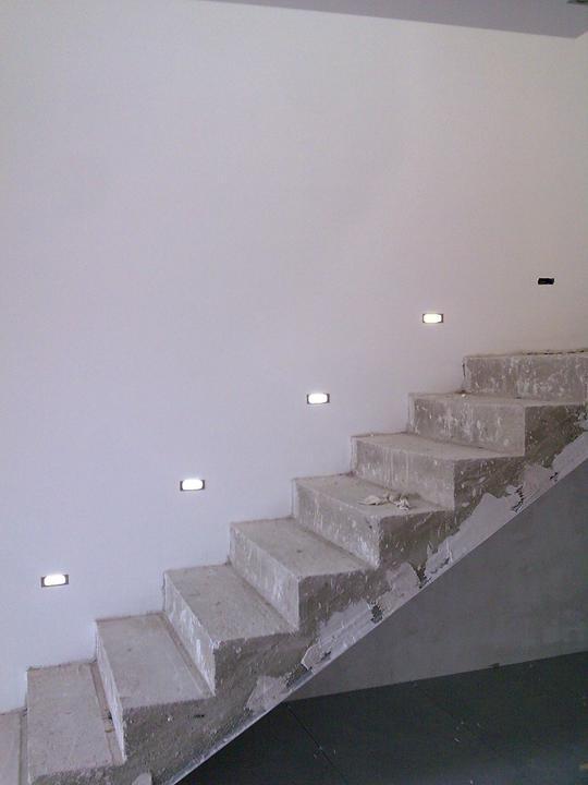 Príbeh našej stavby II - rok 2011 - Už nám svietia vodiace svetielka na schodisku, až na 1 výnimku (bol to invalid, musíme dokúpiť nové)
