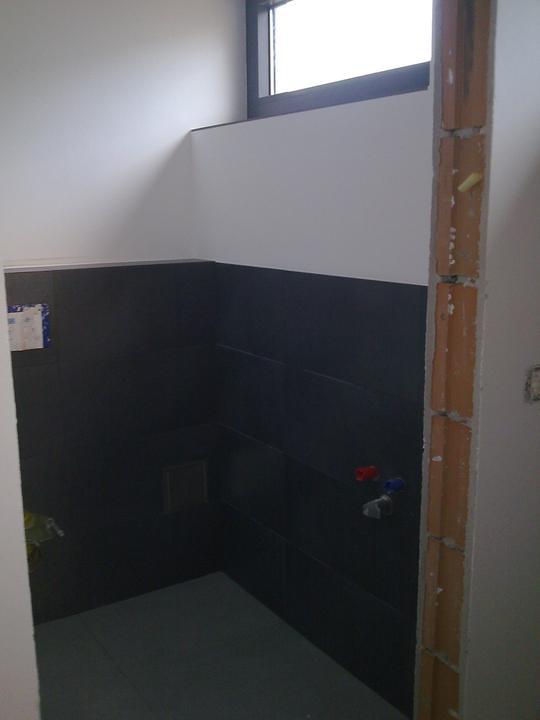 Príbeh našej stavby II - rok 2011 - Samostatné WC na dolnom podlaží už pripravené na inštaláciu misy a umyvadielka